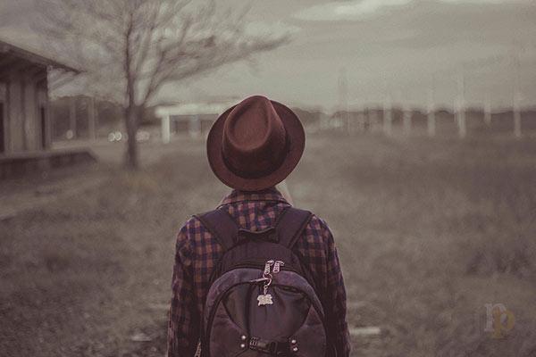 Hombre mirando el camino - Reflexión para volver a comenzar