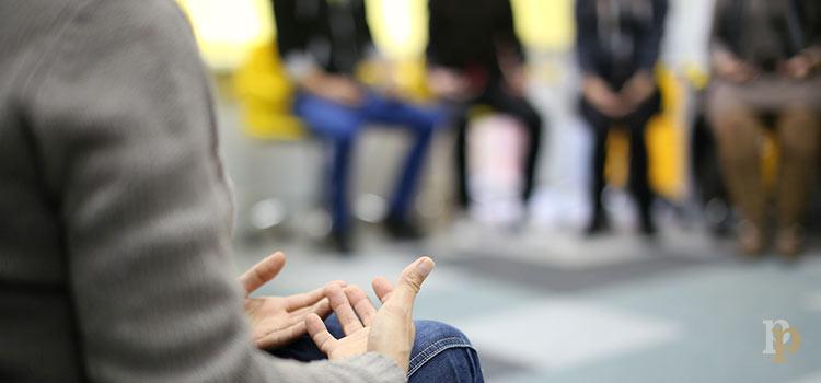 ¿Cómo se desarrolla la escena clínica en el dispositivo grupal con pacientes adictos?
